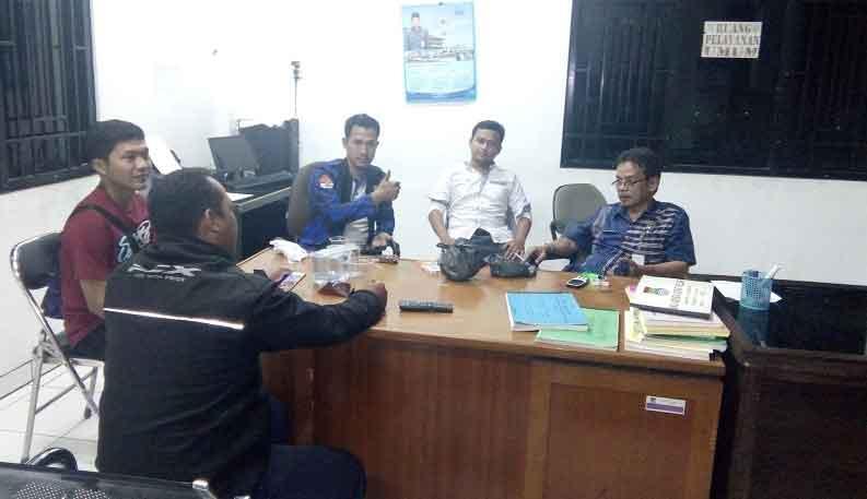 Foto : Lurah Dien Muhidin Di Kantor Kelurahan Dengan Warga Dan Ormas Badak Banten