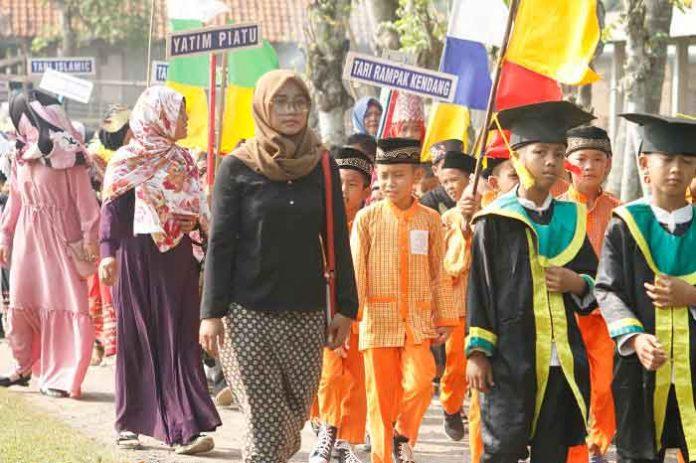 Giat Pawai Ta'aruf Yayasan Maro A'tul Ulum Desa Cikoneng Anyer (doc.Dewo)