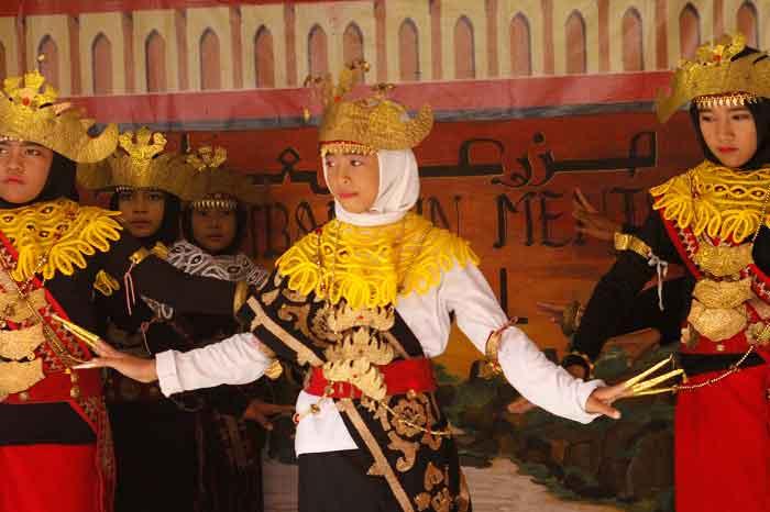 Tarian Sigeh Penguton Lampung