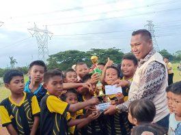 Foto : Kurais SH serahkan Piala Juara I Bintang Timur Fc