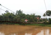 Warga melitnasi jembatan gantung Sungai Way Sekampung menghubungkan Pekon Panggungrejo Kecamatan Sukoharjo ke Pekon Mataram, Kecamatan Gadingrejo, Pringsewu,