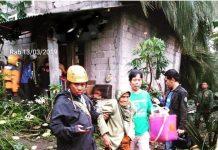 Foto : Siti Wailah (70) korban angin puting beliung tengan dievakuasi